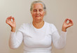 Seniorin beim Yoga