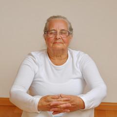 Seniorin beim Meditieren