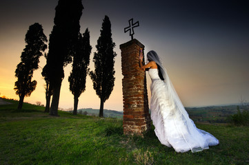 sposa fantasma che prega