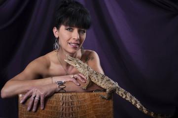 une femme et son bébé crocodile