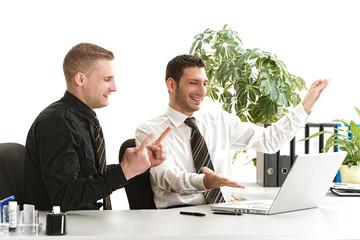 Erfolgreiche Arbeitskollegen jubeln