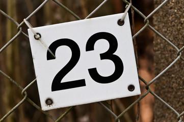 Hausnummer 23 hängt etwas schief