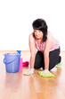 Frau beim Boden wischen