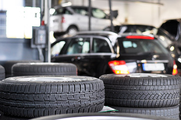 Reifenwechsel in Autowerkstatt - automotive service