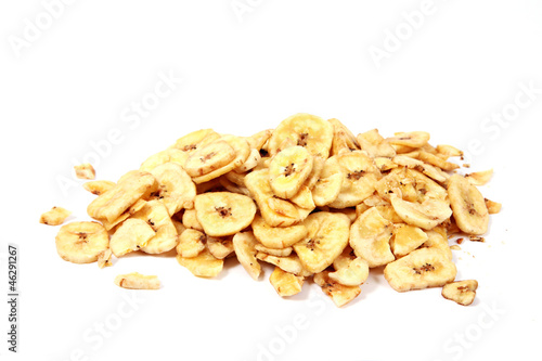Bananenchips auf weiß isoliert