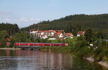 Tren sobre lago