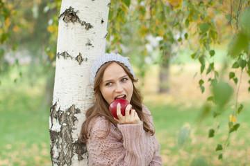 Молодая красивая женщина в осеннем парке.