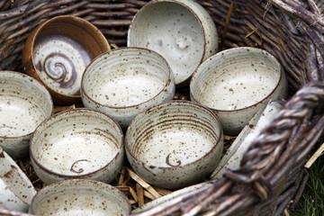 Keramikschalen in einem Korb