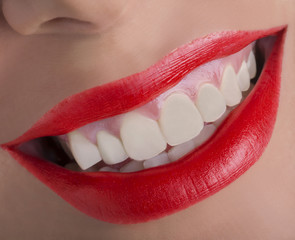 Bocca sorridente con rossetto