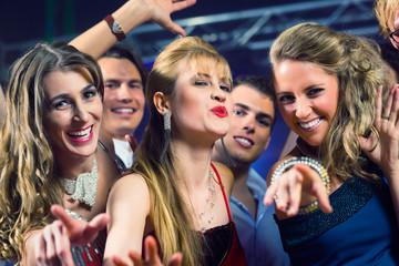 Leute tanzen in Club oder Disco Party