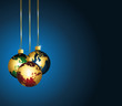 Boules multicolores monde en or sur fond de fêtes.