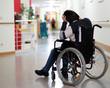 verzweifelte Rollstuhlfahrerin