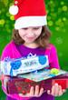 Mädchen mit Geschenken zu Weihnachten