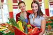 Mutter und Tochter im Supermarkt