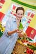 Frau kauft Fenchel im Biomarkt