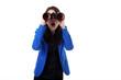 Geschäftsfrau mit Fernglas sucht erstaunt