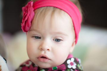 Красивая маленькая девочка.