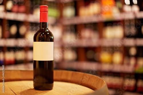 Flasche Rotwein im Weinhandel