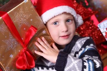 Kind mit Weihnachtsgeschenk 2