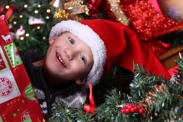 Kind freut sich auf Weihnachten 2