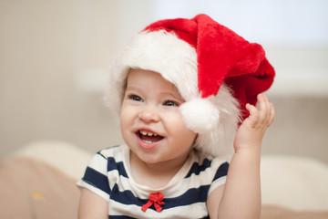 Рождественский ребенок в шляпе Санты.