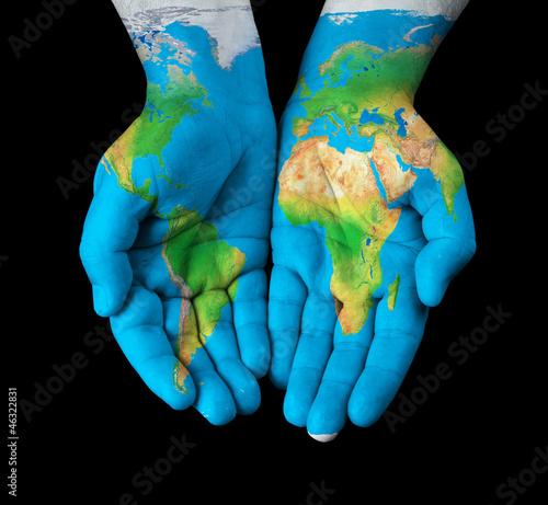 Mapa namalowana na rękach pokazujących koncepcję - świat w naszych rękach