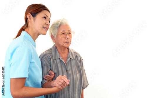 笑顔の介護師と高齢者