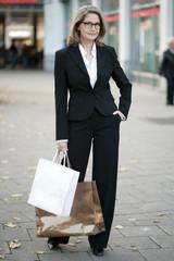Businessfrau geht einkaufen