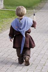 Kleiner Junge auf einem Mittelaltermarkt
