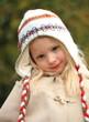 glückliches Mädchen im Herbst draussen