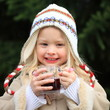 Mädchen glücklich mit Kinderpunsch