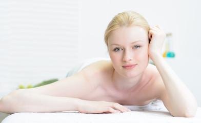 blonde frau im beautybereich