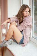 Молодая красивая женщина со стаканом свежего молока.