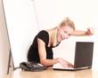 Frau im Büro mit Flipchart jubelt