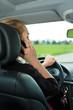 Junge Frau mit Telefon im Auto