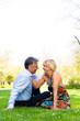 Älteres Paar im Frühling in auf einer Wiese in der Stadt