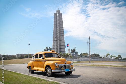 Keuken foto achterwand Cubaanse oldtimers Classic yellow DeSoto oldtimer car, Havana, Cuba