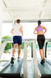 Fitnessstudio - Leute beim Sport auf Laufband