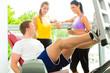 Fitnessstudio - Leute beim Sport am Gerät