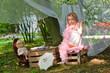 Mädchen spielt im Garten
