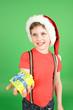 Junge mit Weihnachtsmütze und Geschenk