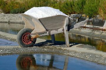 Saliculture - Brouette remplie de sel