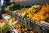 étalage de fruits et légumes au supermarché