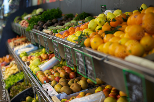 Keuken foto achterwand Boodschappen étalage de fruits et légumes au supermarché