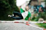 Fototapety junger Mann springt über Hindernis