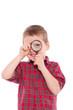 canvas print picture - kleiner Junge auf der Suche mit Lupe
