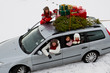 Leinwanddruck Bild - Christmas - family in car with gifts &christmas tree