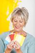 ältere dame hält farbfächer in der hand