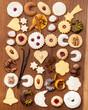 Viele Kekse und Gewürze