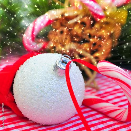 Fotobehang Weiße Christbaumkugel mit Eiskristallen